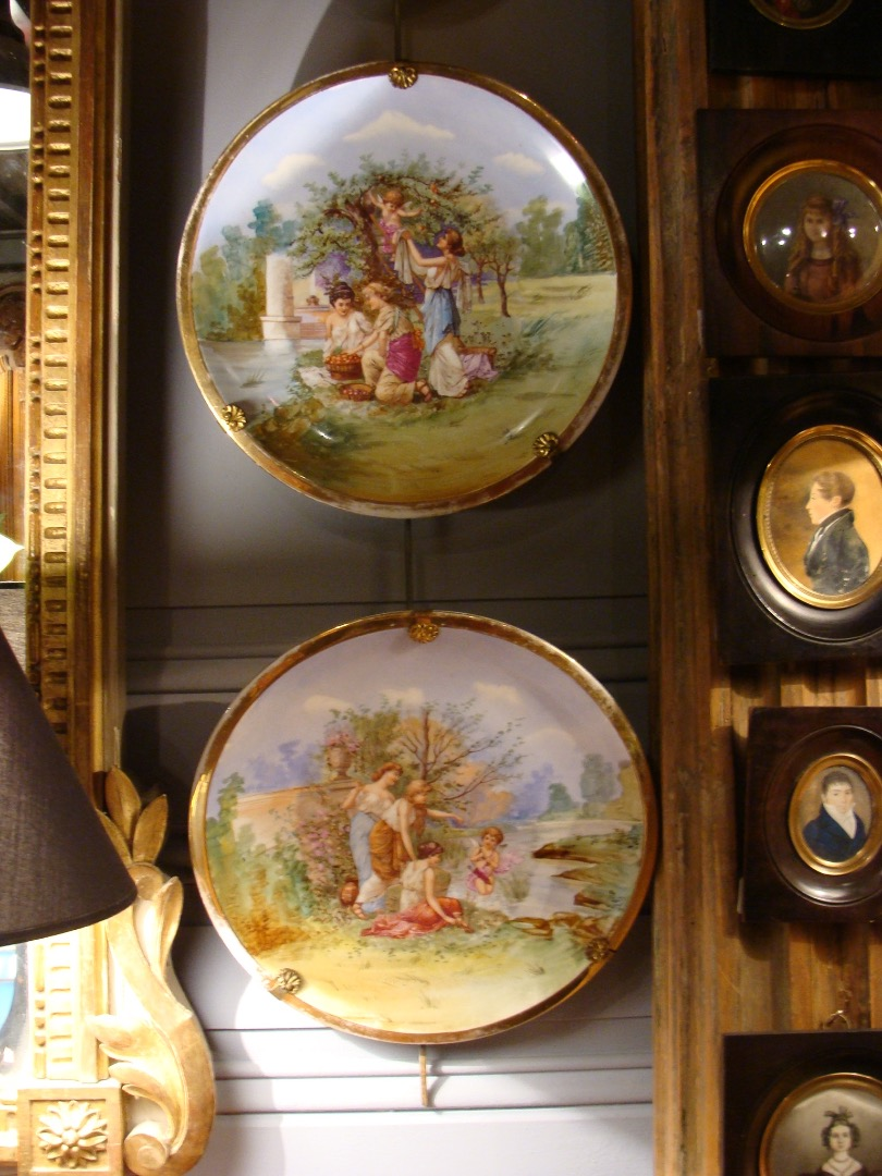 PAIR OF DECORATIVE PLATES